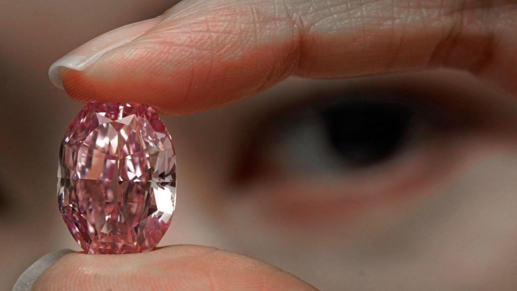 Diamante rosa extremamente raro vendido por 22,5 milhões de euros em Genebra