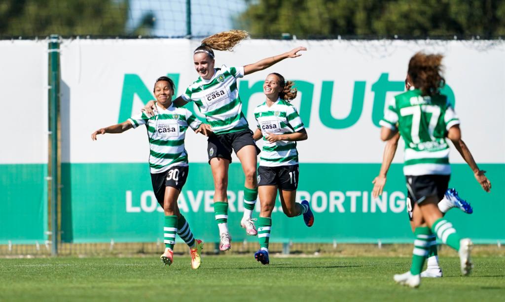 Ana Capeta e Raquel Fernandes festejam golo do futebol feminino do Sporting, época 2020/2021 (FPF)