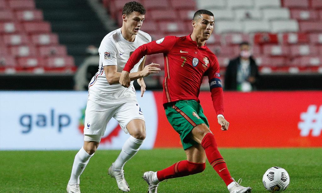Cristiano Ronaldo disputa lance com Pavard no Portugal-França (António Cotrim/LUSA)