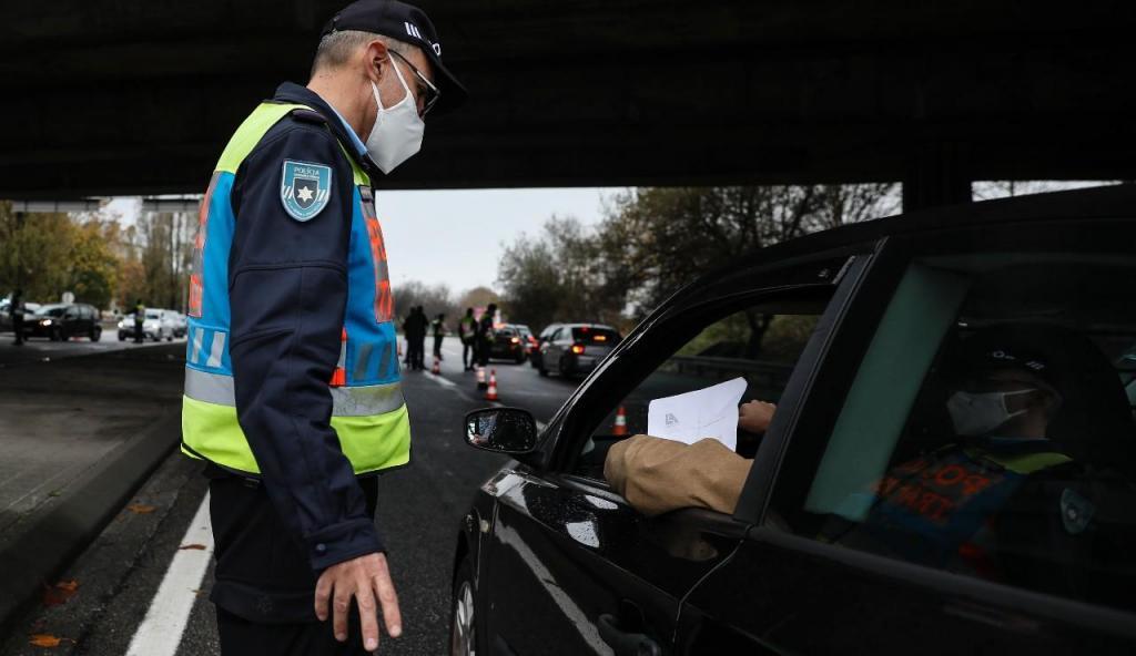 PSP em operação de fiscalização durante o recolher obrigatório no Porto
