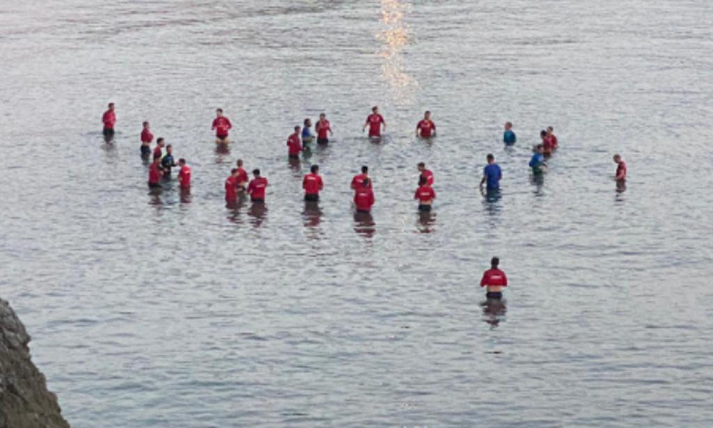 Seleção de Gibraltar dentro de água, na costa mediterrânea (Federação de Gibraltar)