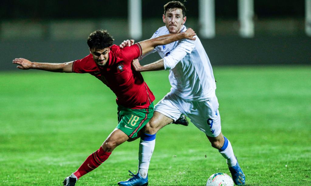 Sub-21, qualificação: Portugal-Chipre. Jota em ação contra Jack Roles (Luís Forra/LUSA)