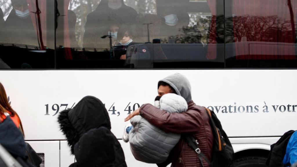 Evacuado campo de migrantes perto de Paris