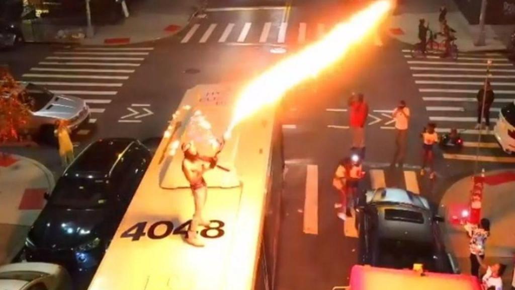 Dupree G.O.D distpara lança-chamas em cima de autocarro