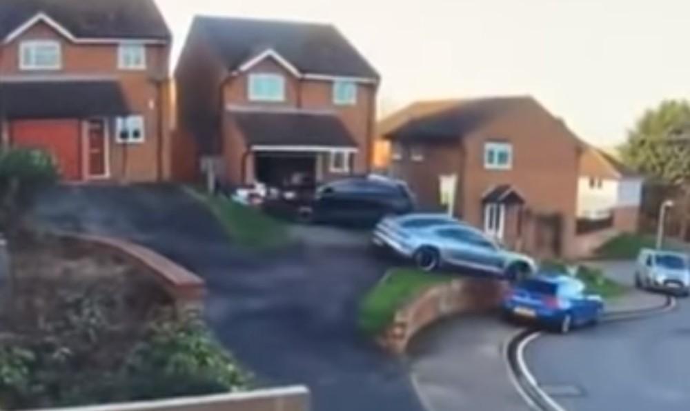 Acidente em manobra de estacionamento (Reprodução Youtube)