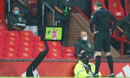 Árbitro analisa possível penálti no vídeo-árbitro, no Manchester United-West Bromwich. Falta de Bruno Fernandes sobre Gallagher foi revertida  (AP)