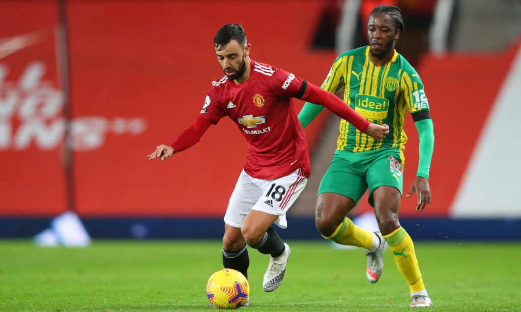 Bruno Fernandes foge a Romaine Sawyers no Manchester United-West Bromwich (AP)