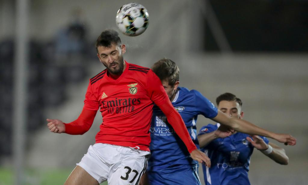 Taça: Paredes-Benfica. Lance entre Facundo Ferreyra e Henrique Santos (Lusa)