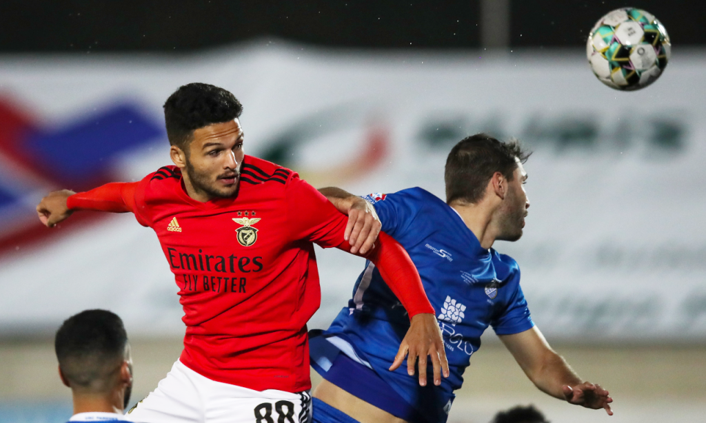 Taça: Paredes-Benfica. Gonçalo Ramos em disputa com Amadeu (Lusa)