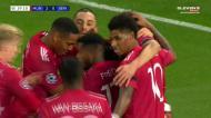 Bruno Fernandes bisa para o Man United com a ajuda do guardião adversário
