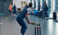 Jogadores do Tottenham jogam críquete nos tempos livres