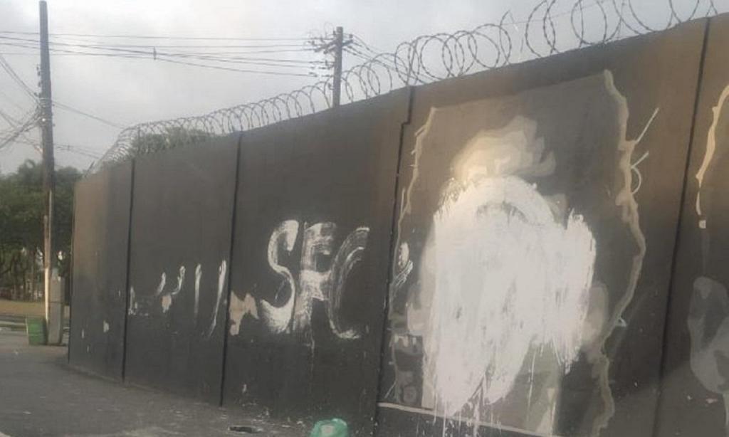 Imagem de Maradona em mural do centro de treinos do Santos alvo de vandalismo