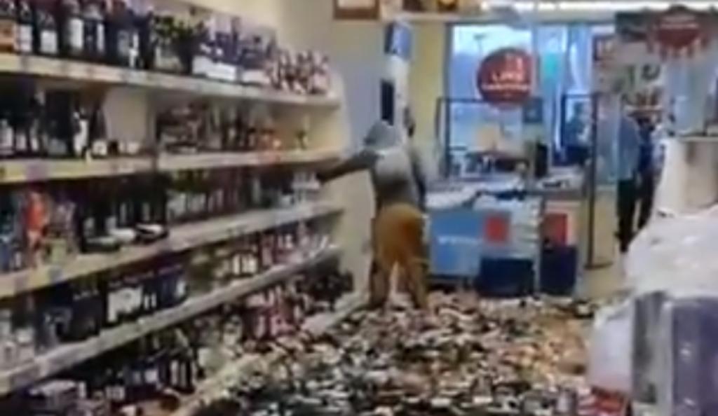 Mulher lança o caos ao destruir mais de 500 garrafas de bebidas alcoólicas num supermercado