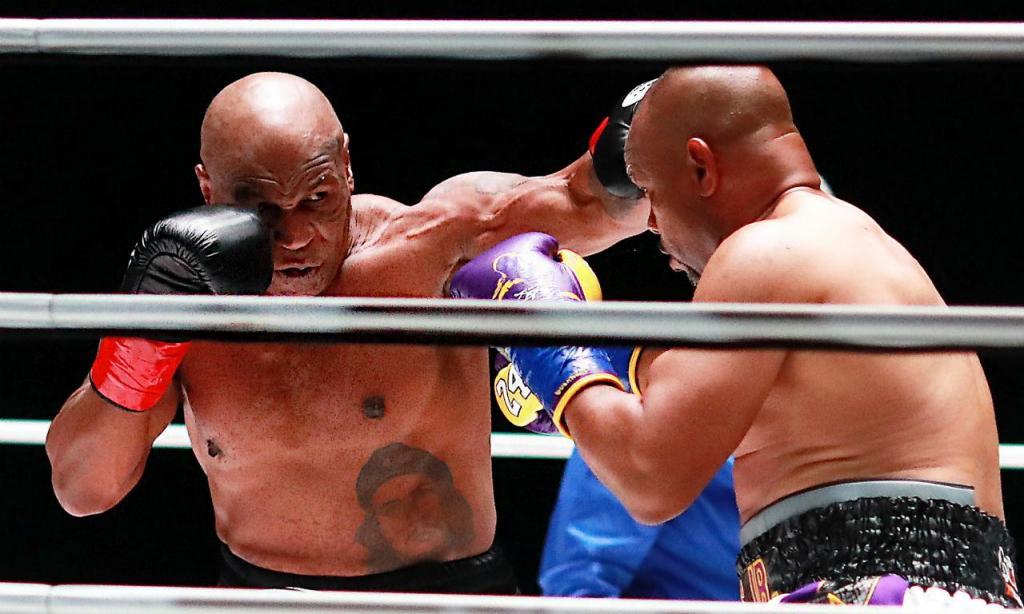 Combate entre Mike Tyson e Roy Jones Jr. (EPA)