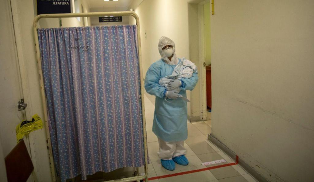 Médica segura recém-nascido em tempos de covid-19