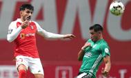 Sp. Braga-Farense: Ricardo Esgaio afasta a bola perante Mansilla (Hugo Delgado/LUSA)
