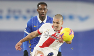 Brighton-Southampton: Oriol Romeu pontapeia a bola perante Danny Welbeck (Naomi Baker/EPA)
