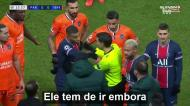 O momento em que Neymar e Mbappé dizem que se o quarto árbitro não sair, eles não jogam