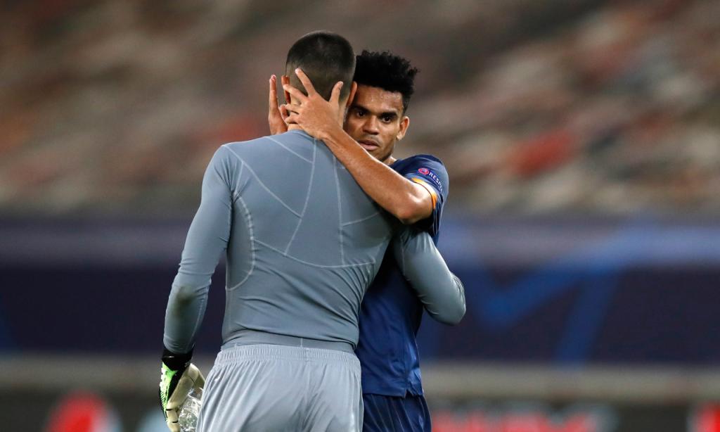 Olympiakos-FC Porto: Diogo Costa, em estreia na Champions, abraçado por Luis Díaz (Thanassis Stavrakis/AP)