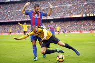 Mikel Villanueva contra Arda Turan, num Barcelona-Málaga, em Camp Nou, em novembro de 2016 (Manu Fernandez/AP)