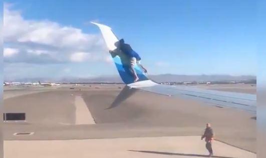 Homem passeia em asa de avião prestes a descolar
