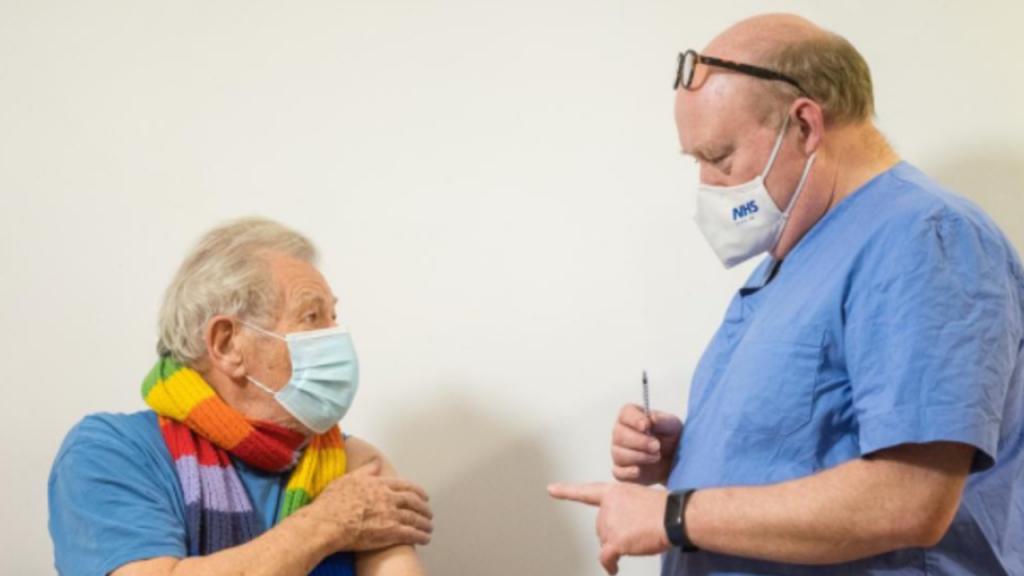 Ian McKellen vacinado contra a covid-19