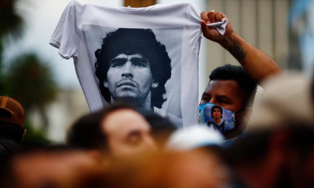Maradona | Deixou o mundo físico a 25 de novembro, quando o seu corpo tinha 60 anos. Provavelmente, o maior jogador da História, na maior modalidade do Desporto. Diego Armando Maradona. El Pibe. Pelusa. D10s. Eterno.