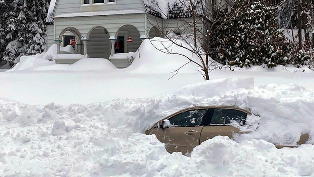 Carro soterrado na neve em Owego