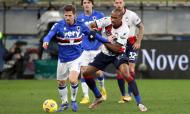 Adrien Silva em lance com Eduardo, no Sampdoria-Crotone, 3-1 (Tano Pecoraro/AP)