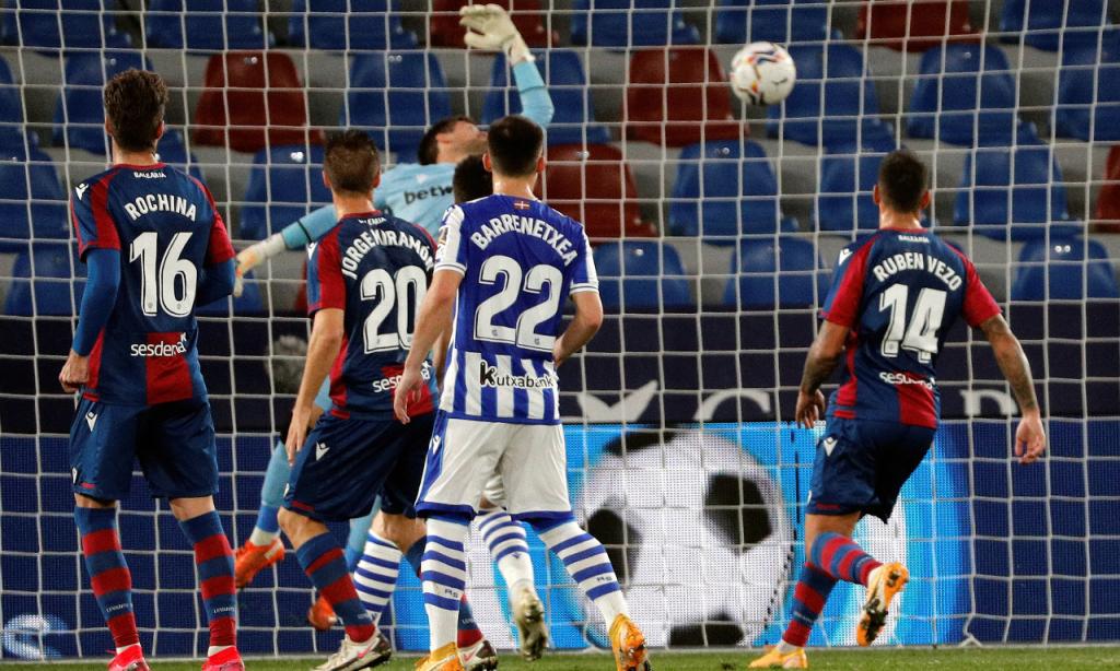 Levante-Real Sociedad: Isak ainda deu vantagem aos bascos, mas levou a reviravolta da equipa de Rúben Vezo (Juan Carlos Cardenas/EPA)