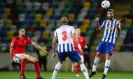 FC Porto-Benfica: Sérgio Oliveira cabeceia perante o olhar de Taarabt (Paulo Novais/LUSA)