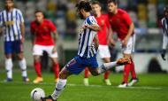 FC Porto-Benfica: Sérgio Oliveira bate o penálti para o 1-0 na Supertaça (Paulo Novais/LUSA)
