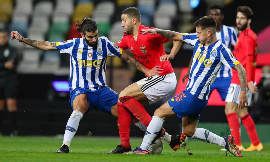 FC Porto-Benfica: Sérgio Oliveira e Otávio com Taarabt (LUSA)