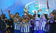 FC Porto recebe o troféu da Supertaça após a vitória ante o Benfica (LUSA)