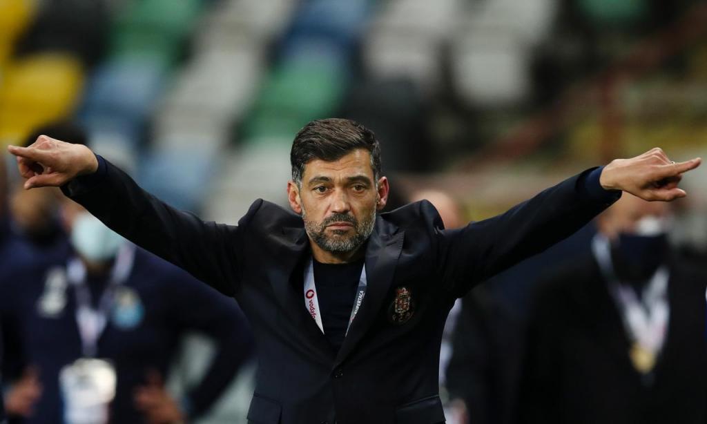 Sérgio Conceição festeja após a vitória do FC Porto na Supertaça (Lusa)