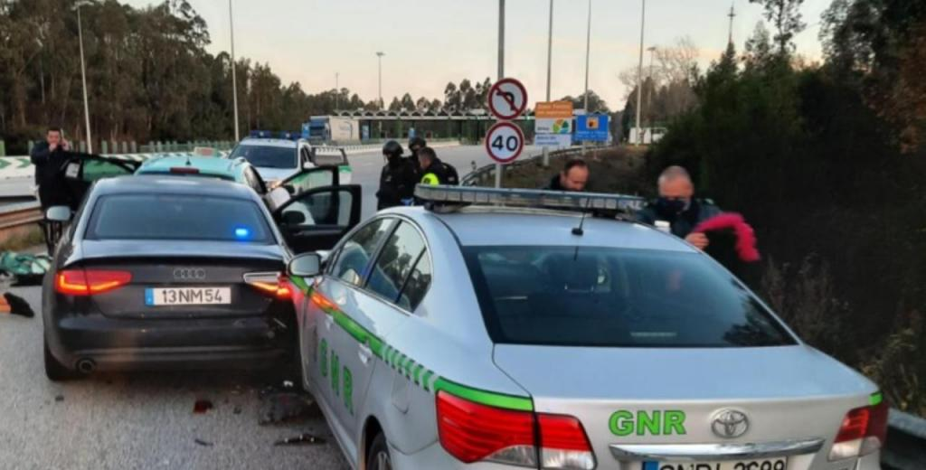 Grupo armado com caçadeira sequestra taxista