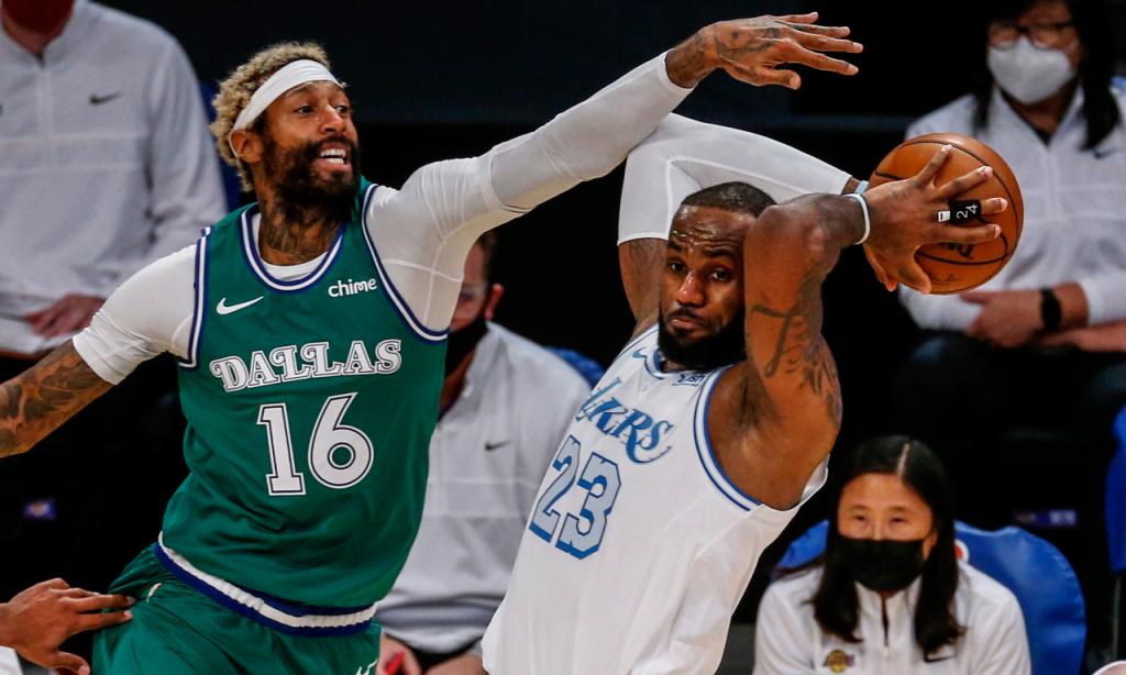 NBA: LeBron James em ação contra James Johnson no Los Angeles Lakers-Dallas Mavericks, no «Christmas Day» (Ringo H.W. Chiu/AP)