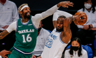 NBA: LeBron James em ação contra James Johnson no Los Angeles Lakers-Dallas Mavericks, no «Christmas Day» (Ringo H.W. Chiu/AP)