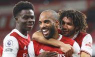 Alexandre Lacazette festeja o 1-0 apontado de penálti no Arsenal-Chelsea (Julian Finney/AP)