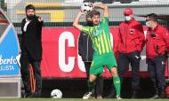 Nacional-Tondela: Filipe Ferreira lança a bola, perante o olhar do treinador Luís Freire (Homem de Gouveia/LUSA)
