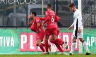 Famalicão-Gil Vicente: Claude Gonçalves festeja o golo que abriu o marcador, perante o desalento de Diogo Queirós (Manuel Fernando Araújo/LUSA)
