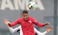 Famalicão-Gil Vicente: Samuel Lino salta com um adversário (Manuel Fernando Araújo/LUSA)