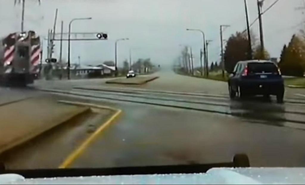 Comboio cruza rua pelo meio dos carros 8reprodução YouTube «ABC 7 Chicago»)