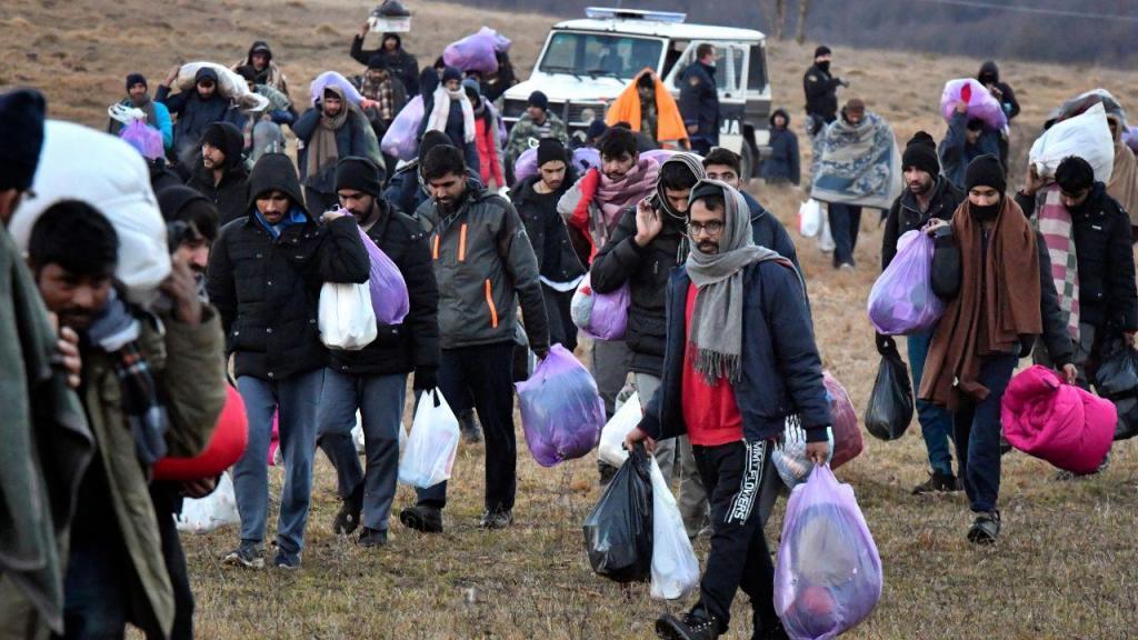 Migrantes no campo de Lipa, na Bósnia