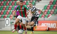 Marítimo-Boavista: Guitane conduz a bola perante Nuno Santos (Homem de Gouveia/LUSA)