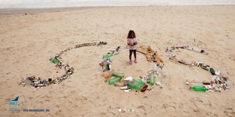 Praia de São Conrado já depois de ser limpa pelas autoridades e por voluntários