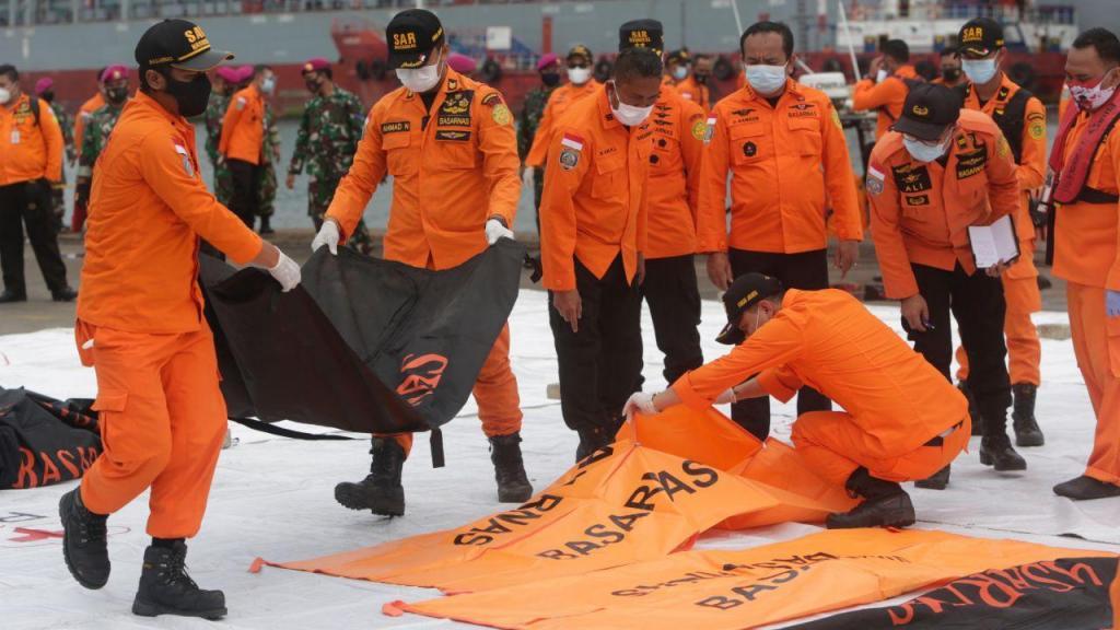 Indonésia: encontrados corpos e destroços do avião que se despenhou no mar