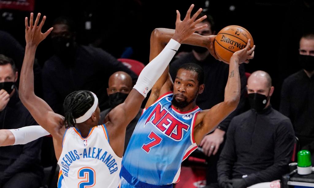 NBA: Kevin Durant e Gilgeous-Alexander em ação no Brooklyn Nets-Oklahoma City Thunder (Kathy Willens/AP)