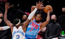 VÍDEO: Kevin Durant regressa de lesão com a mão quente