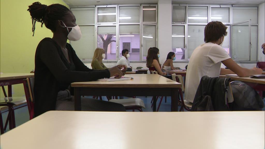 Escolas devem escapar ao confinamento, mas especialistas deixam avisos